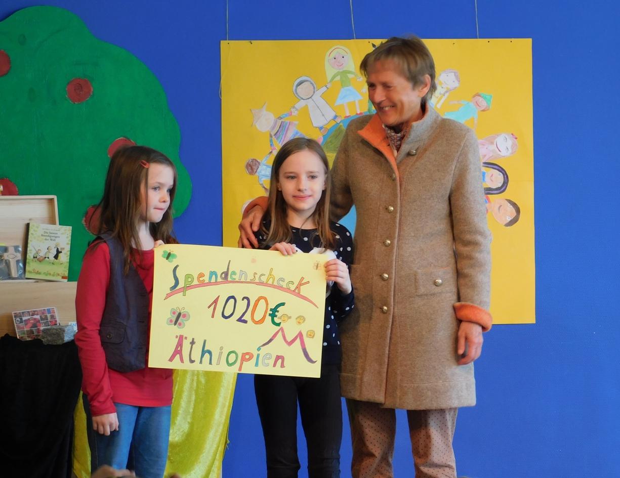 Spendenschecks für Anderland und die Äthiopienhilfe